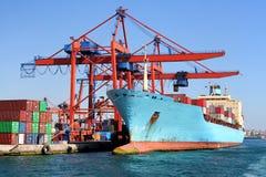 装载船的码头下 免版税库存照片