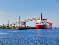 装载船, Degerhamn,瑞典 免版税库存图片
