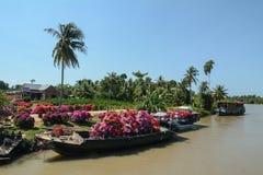 装载花的小船在浮动市场上在芹苴市,越南 免版税库存照片