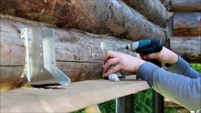 装配一个木制框架和修建房子 俄国 工作者修理楼面构造的紧固木的 股票录像