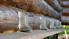 装配一个木制框架和修建房子 俄国 数在一个木房子里金属化一个地板的建筑的定象 股票视频