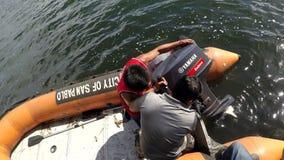 装配可膨胀的动力化的橡胶和pvc小船的政府职工 影视素材