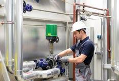 装配在一套工厂设备-汇编和修理在站点 库存照片