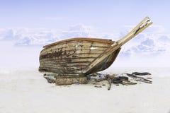 装配在沙子的木渔船与蓝天 库存照片