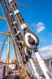 装配帆柱和逗留在传统帆船的绳索 库存图片