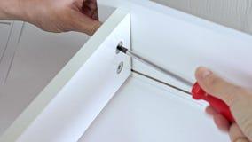 装配新的白色抽屉的接近的观点的人使用螺丝刀 影视素材