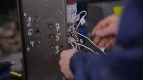 装配电设备-变压器-在装配线的工厂劳工 高压组分制造 股票录像