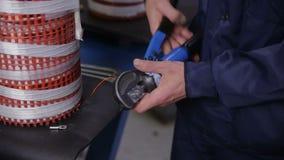 装配电设备-变压器-在装配线的工厂劳工 高压组分制造 影视素材