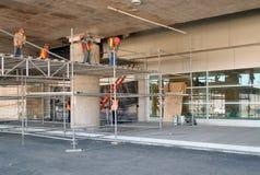 装配脚手架的工作者在建设中一个停车场 库存图片