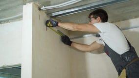 装配金属在建造场所的男性建造者干式墙外形户内 股票录像