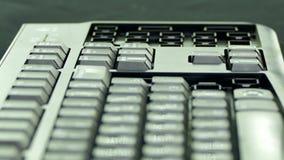装配键盘并且投入按钮在凹线 快行 股票视频