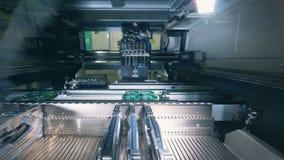 装配PCB,电路板,电路板,打印的板,印制电路的自动化的机器 股票视频
