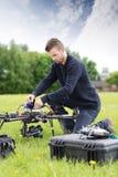 装配UAV的年轻工程师 库存图片