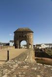 装门的中世纪桥梁– Monnow桥梁,蒙茅斯。 图库摄影