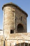 装门的中世纪桥梁– Monnow桥梁,蒙茅斯。 免版税图库摄影