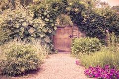 装门的庭院 免版税库存照片