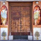 装饰一个门的传统陶瓷Azulejos在Triana,塞维利亚 免版税库存图片
