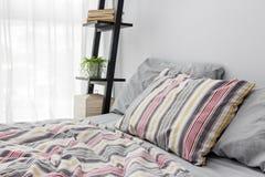 装饰一间明亮的现代卧室的架子 免版税库存照片