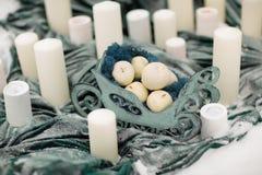 装饰与冬天花和雪的蜡烛 免版税图库摄影