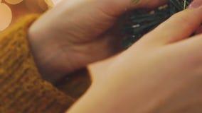 装饰与圣诞节焕发光的妇女的手圣诞树 股票录像