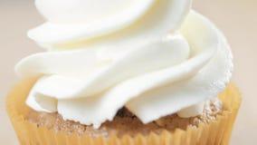 装饰与奶油的杯形蛋糕 使用烹调袋子,做党的糖果商杯形蛋糕 股票录像