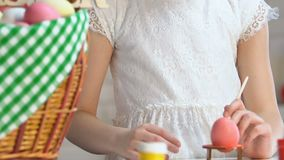 装饰与油漆,复活节问候在桌上的篮子身分的女孩鸡蛋 股票视频