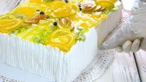 装饰与被鞭打的奶油色结冰的一个蛋糕 股票视频