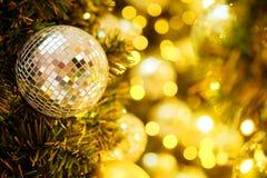 装饰与镜子球或圣诞节球圣诞快乐和新年好节日有bokeh背景 免版税库存照片