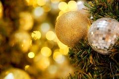 装饰与镜子球或圣诞节球圣诞快乐和新年好节日有bokeh背景 图库摄影