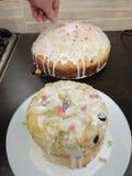 装饰与面包屑的蛋糕 免版税库存图片