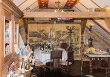 装饰中世纪咖啡馆的装饰的室在老城市 Sighisoara市在罗马尼亚 免版税图库摄影