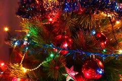 装饰为与一本被点燃的诗歌选的假日圣诞树, 库存照片