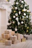 装饰了与礼物的一棵杉树 库存照片