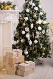 装饰了与礼物的一棵杉树 库存图片