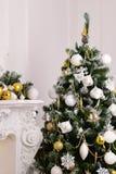 装饰了与礼物的一棵杉树 免版税库存照片