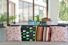 装饰五颜六色的枕头 库存照片
