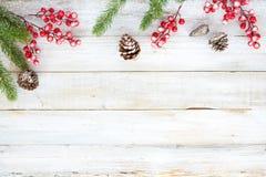 装饰元素和装饰品的圣诞节土气在与雪花的白色木桌上 库存图片