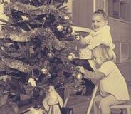 装饰冷杉的孩子新年 库存图片