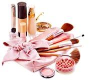 装饰化妆用品和花。 免版税库存照片