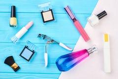 装饰化妆用品被设置的和工具 免版税图库摄影