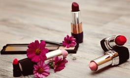 装饰化妆用品裸体在白色背景顶视图 套与花的化妆用品 免版税库存图片
