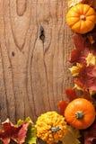 装饰南瓜和秋叶万圣夜背景 免版税图库摄影