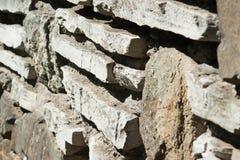 装饰参差不齐的破裂的石墙 免版税图库摄影