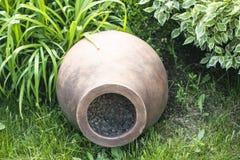 装饰古希腊油罐在庭院里在夏天作为装饰 图库摄影