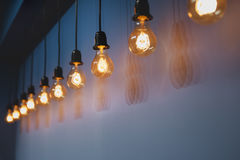 装饰古色古香的反对墙壁背景的爱迪生样式电灯泡 库存图片