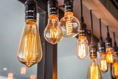 装饰古色古香的在现代大厦的爱迪生样式细丝老照明设备装饰电灯泡 库存照片