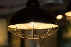 装饰古色古香的爱迪生样式电灯泡对砖墙b 库存照片