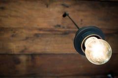 装饰古色古香的电灯泡有老木天花板背景 免版税库存照片
