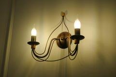 装饰古色古香的葡萄酒样式电灯泡砖墙 免版税库存照片