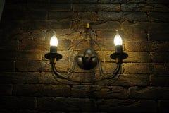 装饰古色古香的葡萄酒样式电灯泡砖墙 免版税库存图片